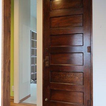 ドアは重厚感たっぷり!