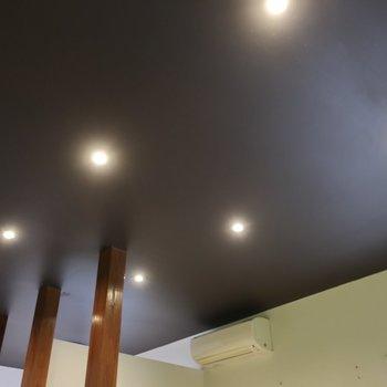 ダークな塗装天井に映えるダウンライト!