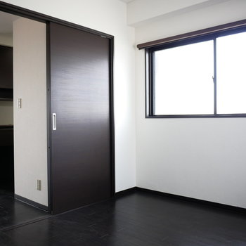キッチンと脱衣室の間に位置すると洋室