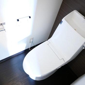 トイレは手洗い付きのスッキリしたデザイン