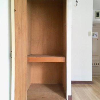 お部屋唯一の収納でした。ミニマリストさんには充分な大きさですね。
