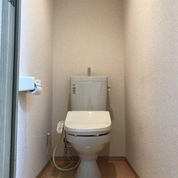 トイレは個室にありますよ