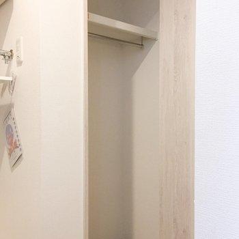 廊下にも収納があります。