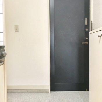玄関スペースは洗濯機を置いてもまあまあな広さです。
