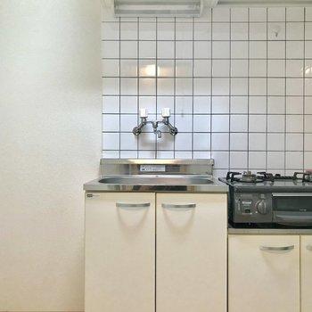 キッチンではタイルがにわかに存在感を放ちます。