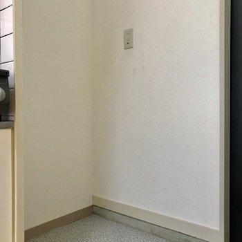 冷蔵庫置き場になります。突っ張り棒でカーテンを作るのもありです。