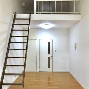 階段にハンガーを引っ掛けるのも収納のコツですよ〜!