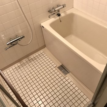 シンプルなお風呂。使いやすいレバーですよ。