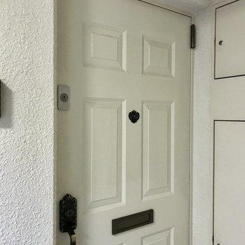 ホワイトチョコレートのような扉が可愛らしい。