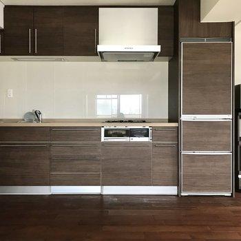 まるで家具のようなキッチン。冷蔵庫までかっこいいんです。 (※家具家電付きのお部屋です)