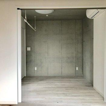 【洋室】濃い色の家具が似合いそう