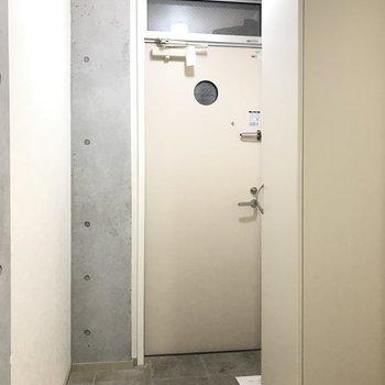 玄関もシンプル ※写真は1階の同間取り別部屋のものです。