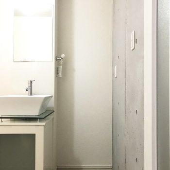 扉を開けると正面に洗濯機  ※写真は1階の同間取り別部屋のものです。