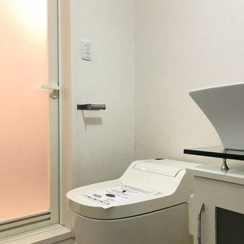 トイレは開放的に ※写真は1階の同間取り別部屋のものです。