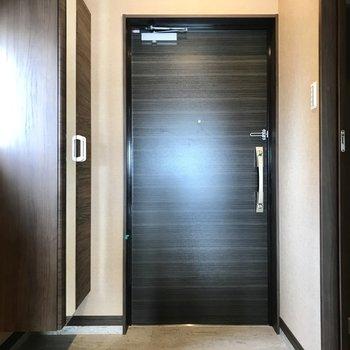 玄関からかっこいい。2重ロックです!(※写真は7階の同間取り別部屋のものです)