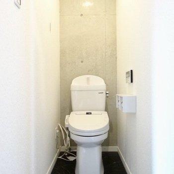 トイレもコンクリだ!細長くってゆったり。(※写真は7階の同間取り別部屋のものです)