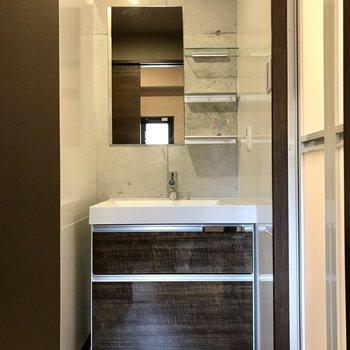 スタイリッシュな洗面台。(※写真は7階の同間取り別部屋のものです)
