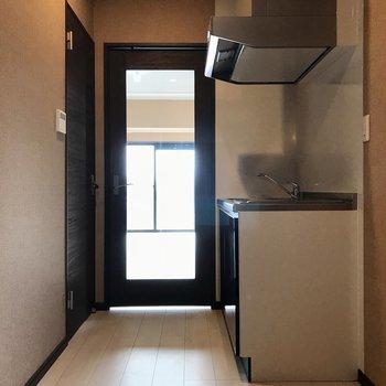 キッチンの横には冷蔵庫とラックも置けそう◎(※写真は7階の同間取り別部屋のものです)