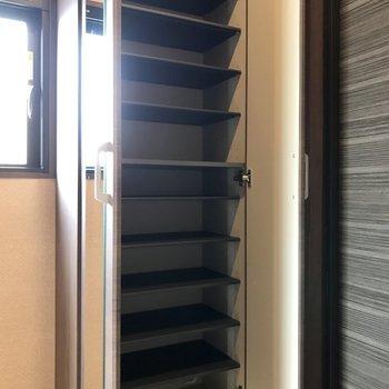 姿見付きのシューズBOXはこの容量!(※写真は7階の同間取り別部屋のものです)