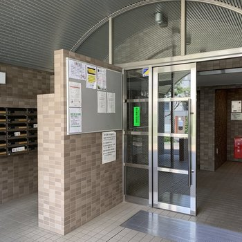 エントランスの左側に郵便ポストがあります