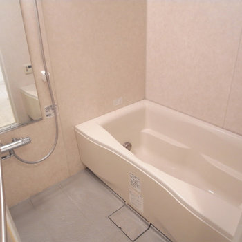 お風呂も広々、ゆったり〜※写真は4階の似た間取り別部屋のものです