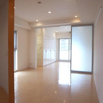 入り口から。明るい!※写真は4階の似た間取り別部屋のものです