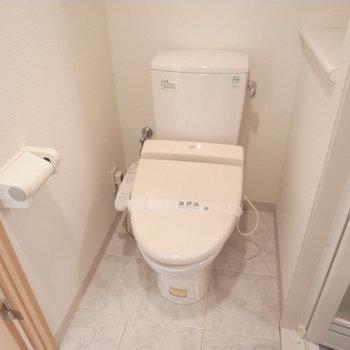 トイレ。上部に収納棚付きです※写真は4階の似た間取り別部屋のものです