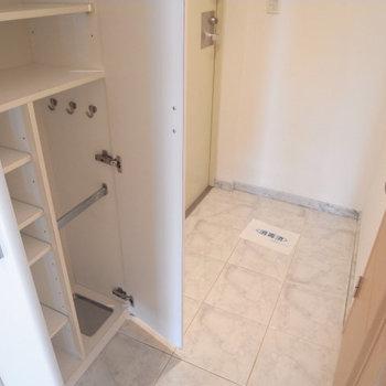 玄関は大理石調で高級感あり※写真は4階の似た間取り別部屋のものです