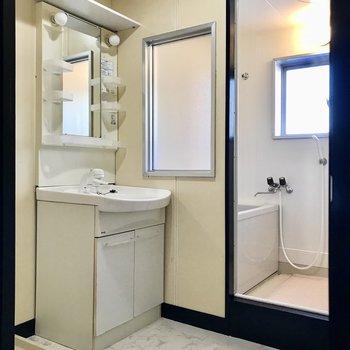 サニタリーには綺麗な独立洗面台がありました。上の棚が便利です◯お風呂のすりガラスがなんだか珍しい…!