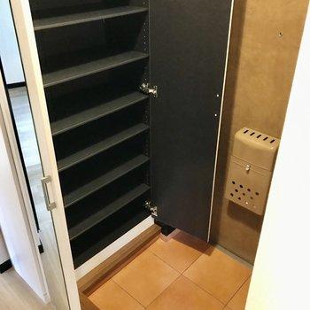 玄関には姿見付きのシューズボックス。容量も多くて家族分もしっかり入ります!