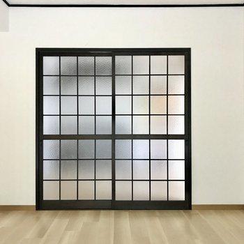 引き戸を閉めればプライベートも守られますよ!すりガラスなので圧迫感もありません。