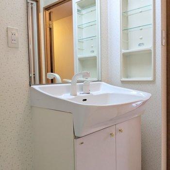 独立洗面台は大きくて使いやすそう!造り付けの棚もイイネ。(※写真は4階の同間取り別部屋のものです)