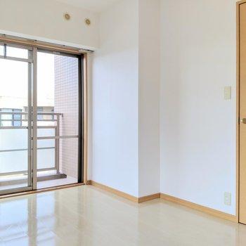 リビングとおそろいの床と建具です。(※写真は4階の同間取り別部屋のものです)