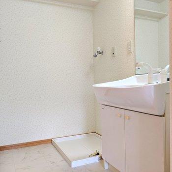 脱衣所広々。上部棚に洗剤のストックも置けますね。(※写真は4階の同間取り別部屋のものです)