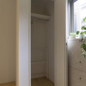 クローゼットもコンパクト。持ち物を厳選しましょう。※家具はサンプルです