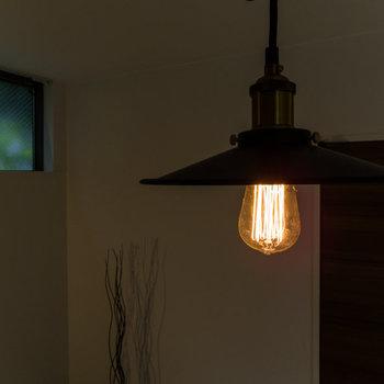 カッコいい照明を用意したいですね。※家具はサンプルです
