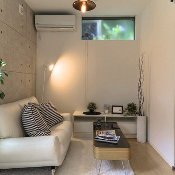 打ちっぱなし風の壁面がおしゃれ。※家具はサンプルです