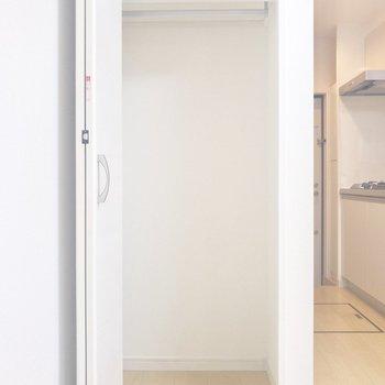 白い扉を開けると収納が。長めのアウターも入りそうです◎