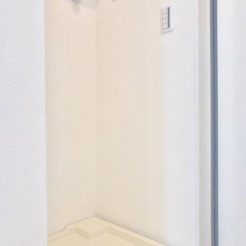 洗濯機置き場は玄関横に。上部には収納もあります。