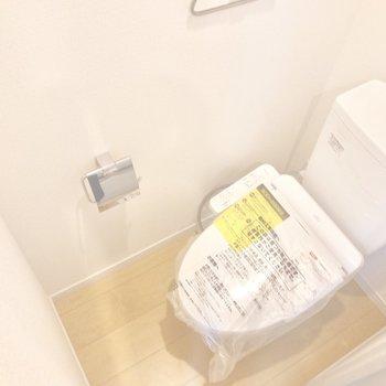 トイレはウォシュレット付き。上部には収納棚が付いています。