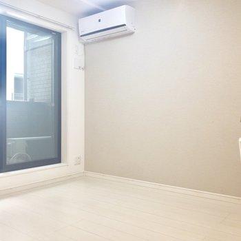 夏はサラサラの床がひんやり気持ちいい〜。※写真は1階の同間取り別部屋のものです