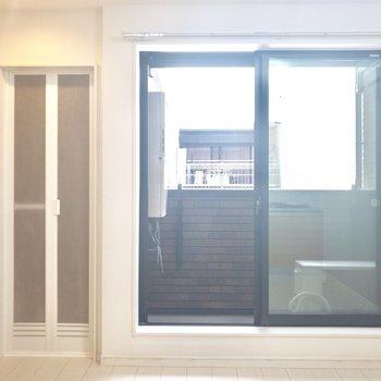 大きめの窓から光が差し込みます。※写真は1階の同間取り別部屋のものです