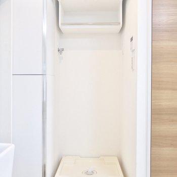 洗濯機置き場は上部に収納があるのが嬉しい。