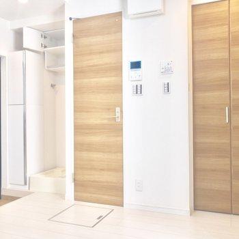 トイレのドアと収納の木目がお部屋のアクセントに。