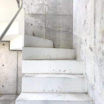 白い階段を登り、お部屋へ