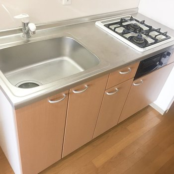 2口コンロで調理スペースもあります。