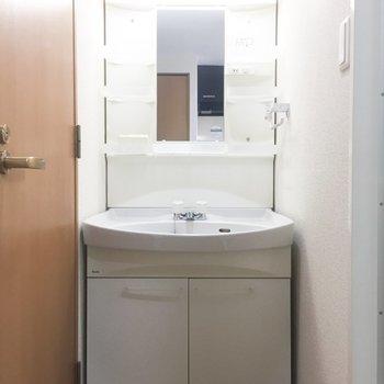 独立洗面台は収納もたっぷりと。