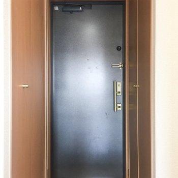 黒の扉で落ち着いた雰囲気。