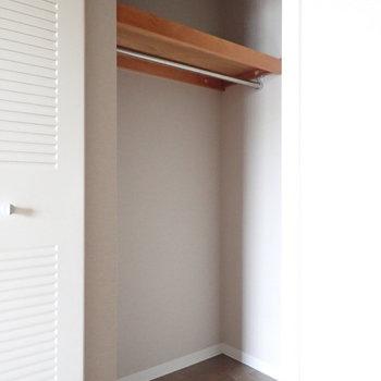 【洋室】気になる収納を開いてみると、WIC。※写真はクリーニング前のものです