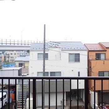 【洋室からの眺望】共用廊下の作と住宅が見えます。